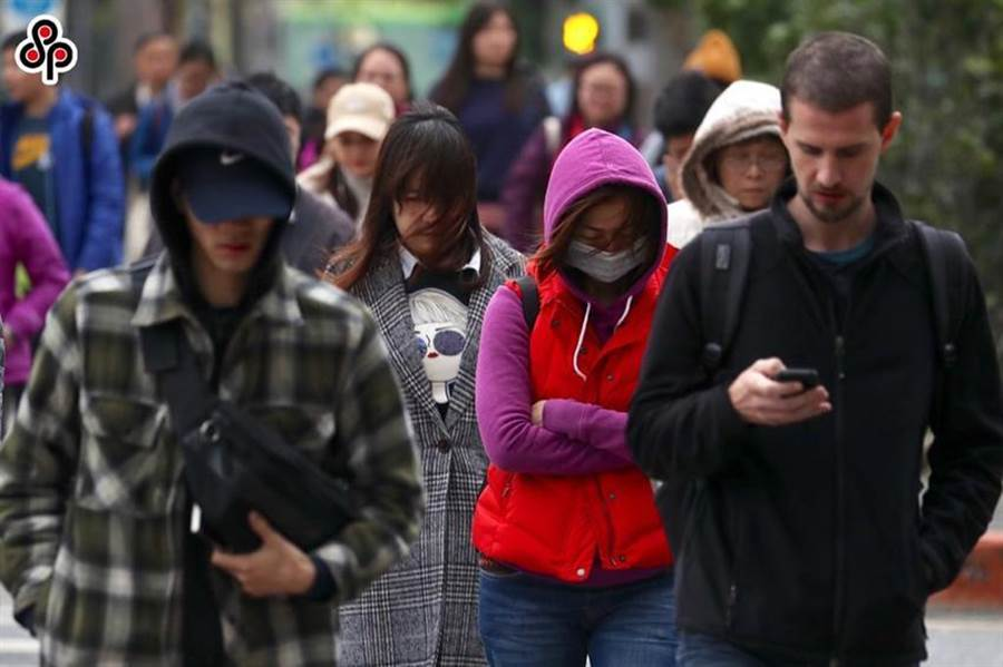 大陸冷氣團來了,國民健康署長王英偉今(2)日提醒,三高患者、心血管疾病患者及長者外出要戴上帽子、口罩、手套及保暖衣物。(圖/本報系資料照)