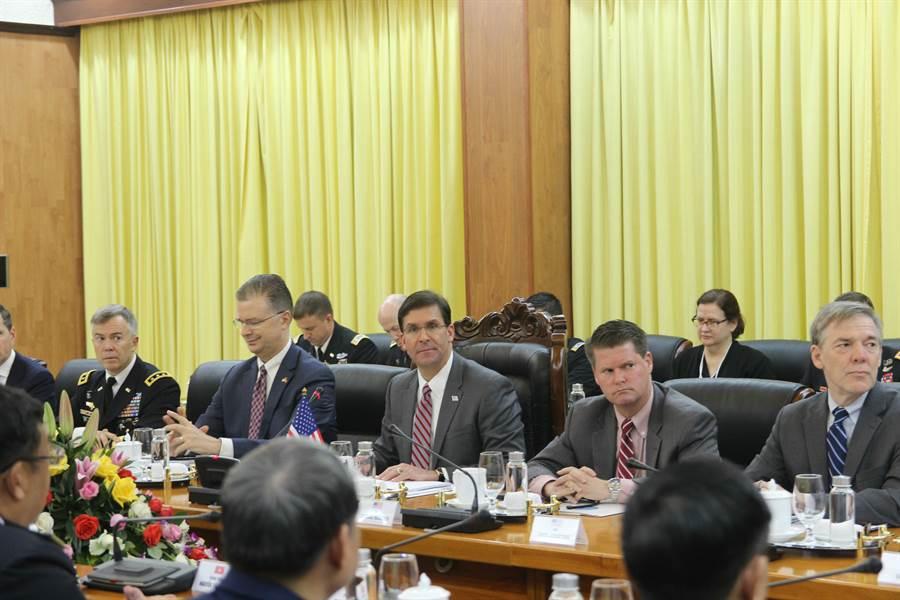 美國國防部長艾斯培(前排右3)11月20日會晤越南各高層官員並在越南外交學院發表演說,聚焦討論美越兩國國防合作與南海問題。(中央社河內攝)