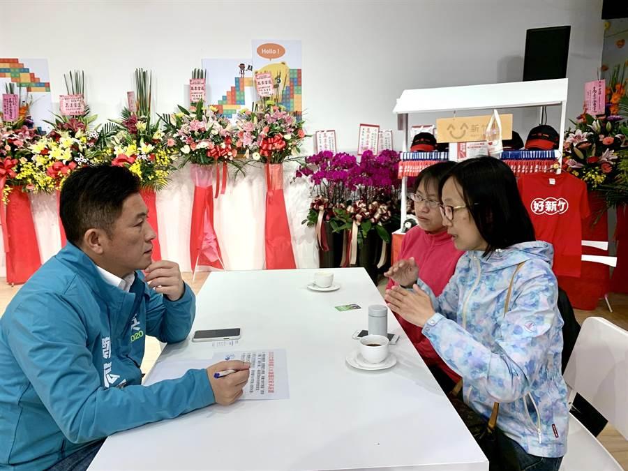 新竹市立委參選人鄭宏輝(左)2日與新竹市「我們要喝乾淨水聯盟」代表針對水題議交換意見。(鄭宏輝提供/陳育賢新竹傳真)