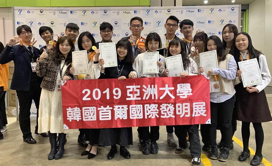 亞大學生發明團隊參加2019韓國首爾國際發明展,11件參賽作品共獲得3金、3銀、5銅,擊出大滿貫佳績。(亞大提供/林欣儀台中傳真)