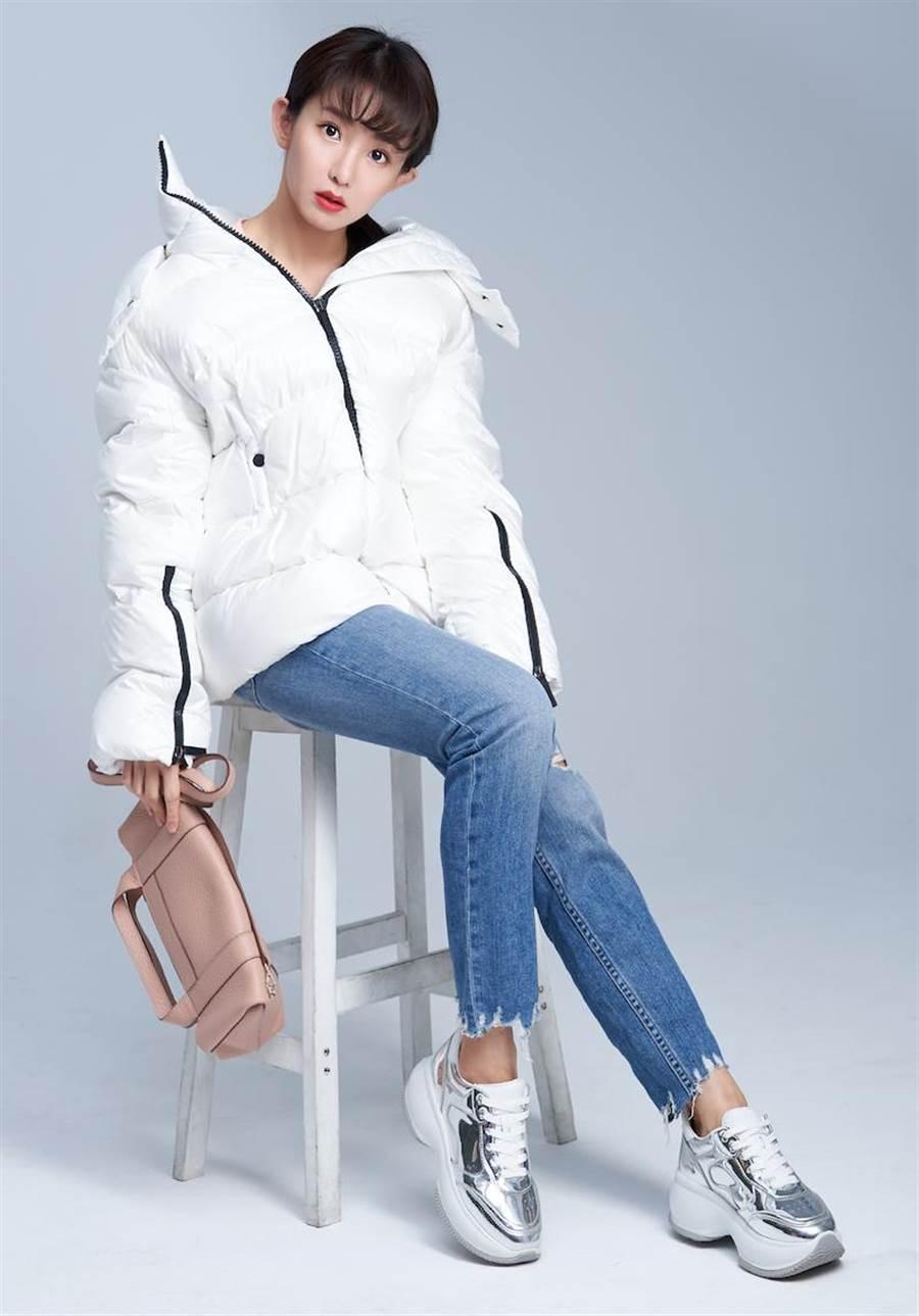 金屬皮面的休閒鞋好清理也好保養,擄獲郭書瑤的心。HOGAN白色羽絨外套價格店洽,HOGAN Maxi Active金屬銀色休閒鞋2萬1900元,HOGAN裸色皮革托特包2萬1300。[攝影/JOJ PHOTO,服裝/Rag & Bone,妝髮/JimyWu(Backstage)、cubes Rebecca]