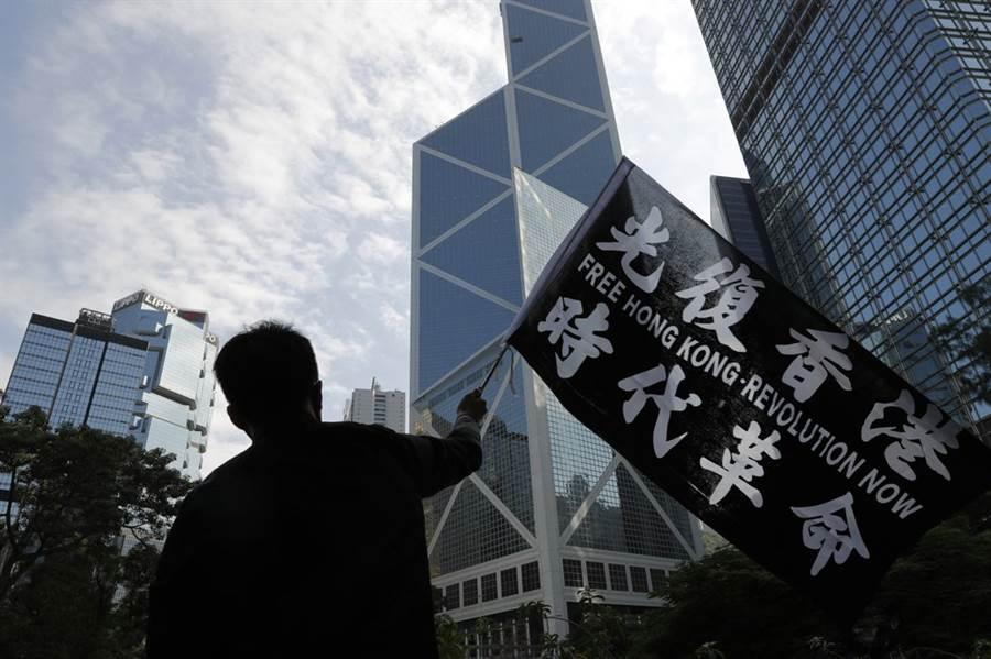 北京官方決定,為抗議美國通過香港人權民主法,將禁止美軍再訪問香港,也將制裁多個美國的民主學術社團。(圖/美聯社)