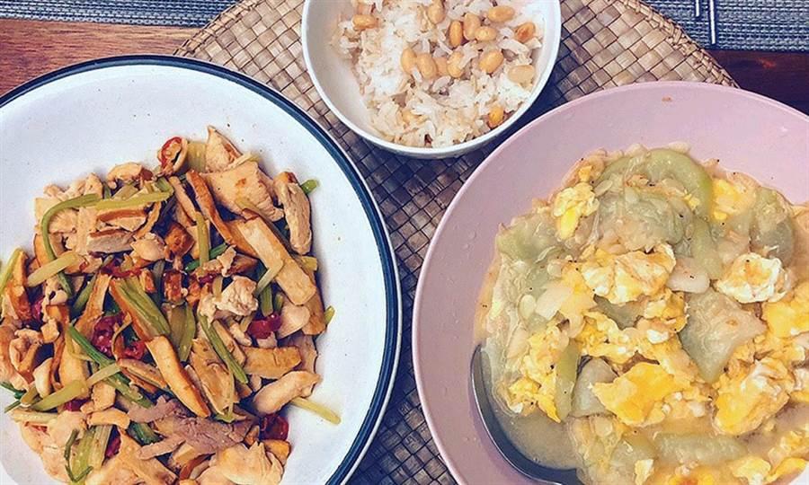 林可彤盡可能親自下廚,利用不同蔬菜搭配豆乾、雞蛋與肉類等優質蛋白質,就能吃到營養滿分又不怕變胖的一餐。(圖片來源:林可彤提供)