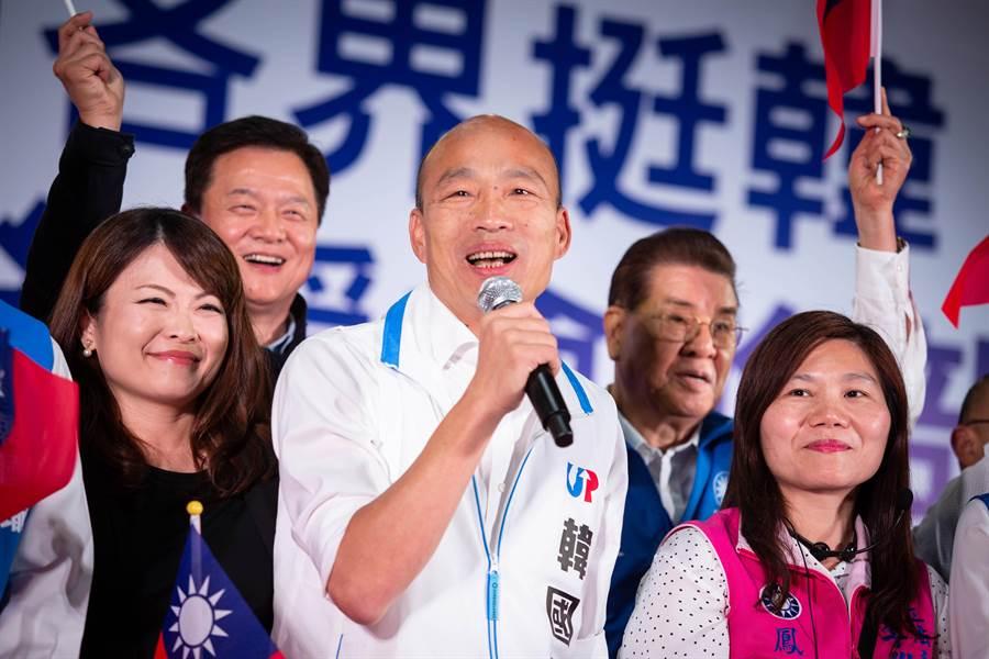 韓國瑜一登台面對7000多名百工百業支持者,開場笑開懷。(袁庭堯攝)