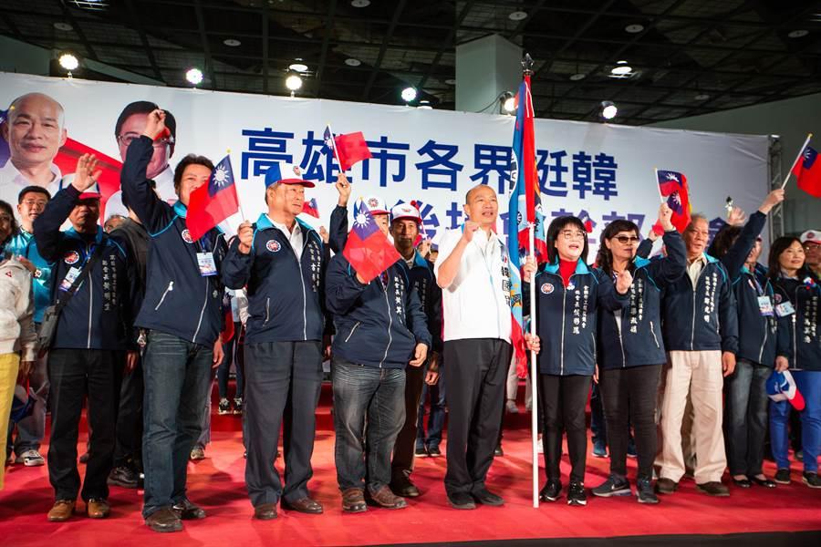 國民黨中常委、全台勞工後援總會總會長侯彩鳳也號招1300多名勞工代表站台挺韓。(袁庭堯攝)