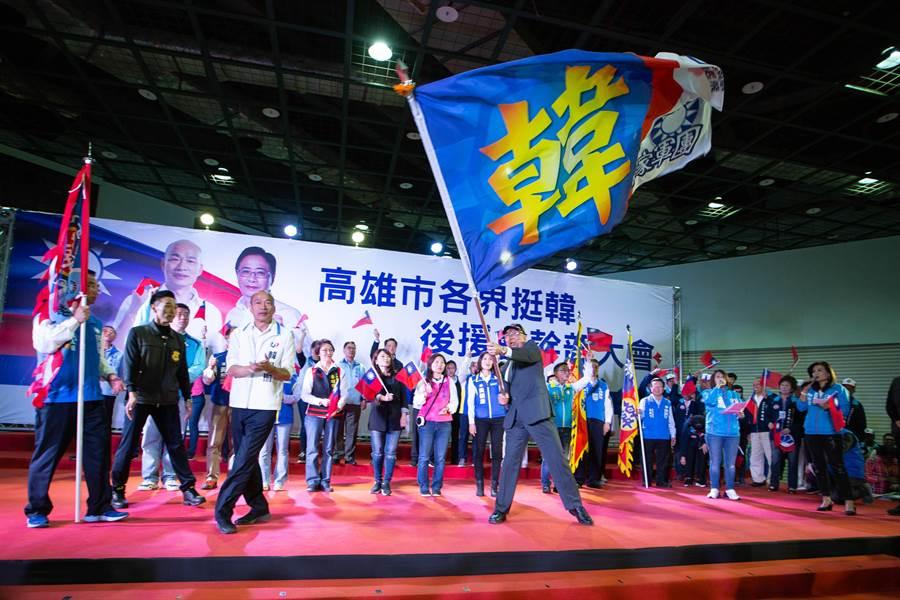 各界代表從韓國瑜手上一一接過戰旗,氣氛沸騰。(袁庭堯攝)