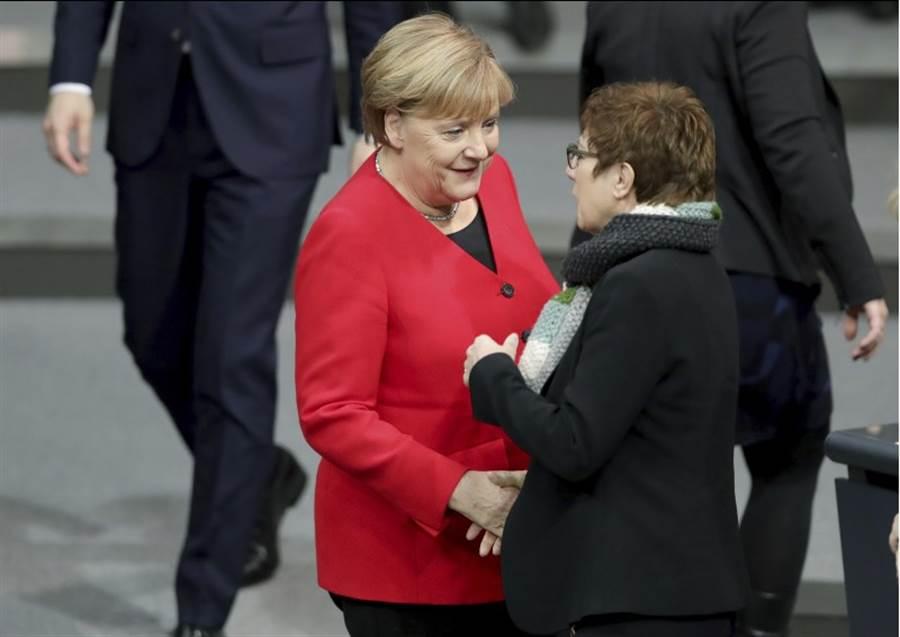 11月27日,德國國防部長克蘭普-卡倫鮑爾(右)與總理梅克爾在柏林出席會議。(美聯社)