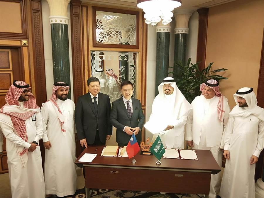 外貿協會董事長黃志芳與麥加商工會主席Mr. Hisham Muhammad Kaaki簽署合作備忘錄。(貿協提供)