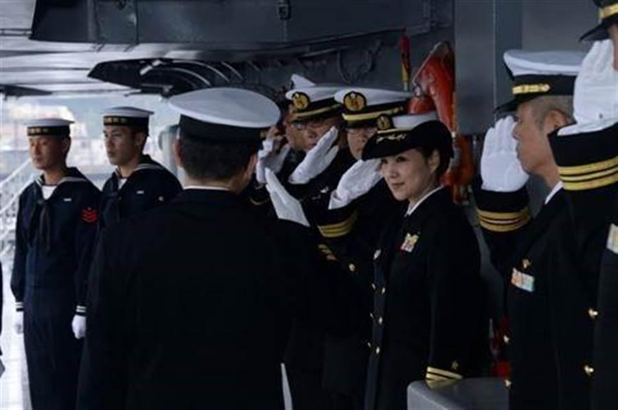 日本出現首位神盾艦女性艦長,由48歲的大谷三穗執掌妙高號神盾艦。(圖/日本駐美大使館)