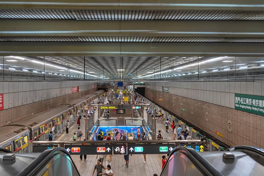 原PO在捷運站內目擊令人氣憤的一幕,一名阿嬤竟動手推正在好好工作的清潔員。(達志影像)