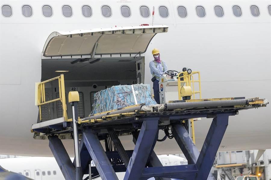 飛機抵達桃園機場,高以翔的靈柩被移出飛機後貨倉。(陳麒全攝)