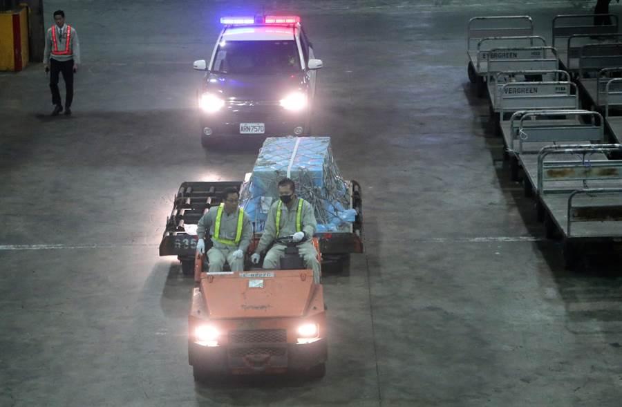 高以翔的棺木卸載後,由拖車拖往長榮空運倉儲機放倉舉行迎靈儀式。(粘耿豪攝)