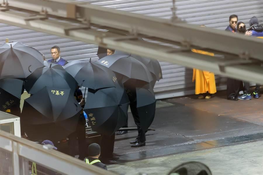 高以翔的家屬在長榮空運倉儲機放倉舉行迎靈儀式。(陳麒全攝)