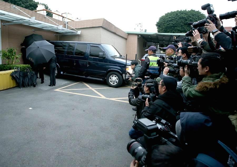 高以翔的靈車抵達第一殯儀館。(粘耿豪攝)