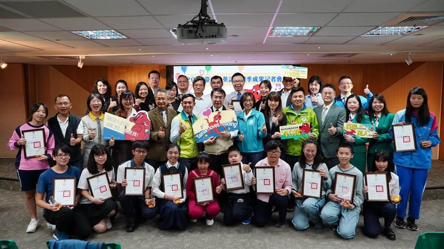 台南市民創下高達40萬本閱讀量,由市長黃偉哲頒獎給積極鼓勵孩子閱讀的學校,期許各校持續推廣英語閱讀。(曹婷婷攝)