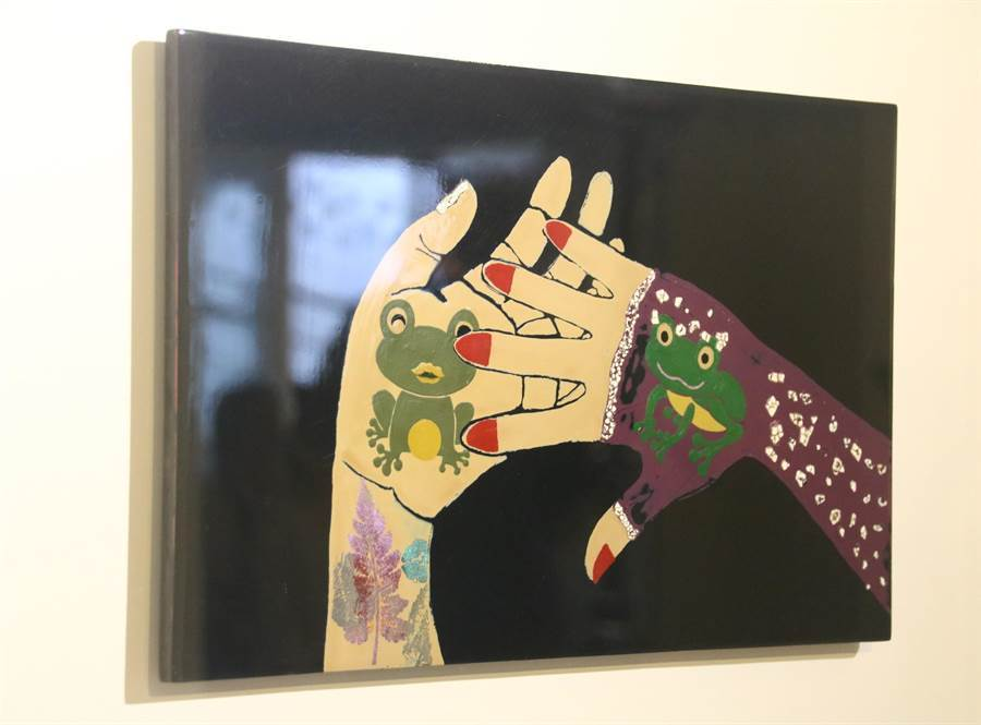 埔里生活漆工藝成果展展出沈宏錡的《蛙鳴牽手情》作品 。(楊樹煌攝)