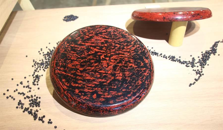 埔里生活漆工藝成果展展出吳佳娟的《七子塗》漆藝作品 。(楊樹煌攝)