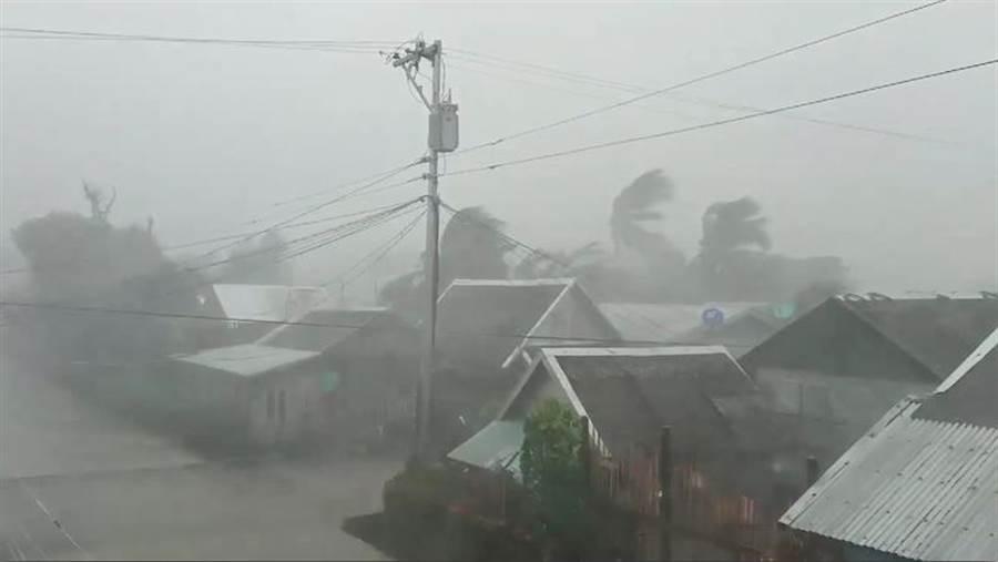 強颱「北冕」於菲律賓北薩馬省加邁登陸。(路透)
