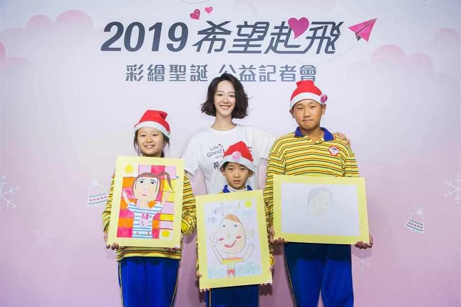 LG為台南中洲國小小朋友打造彩繪聖誕希望畫展,中洲國小的孩童也帶來了饒富童趣的自畫像與希望導師分享,讓孟耿如在孩子天馬行空的畫作中猜謎。(LG提供)