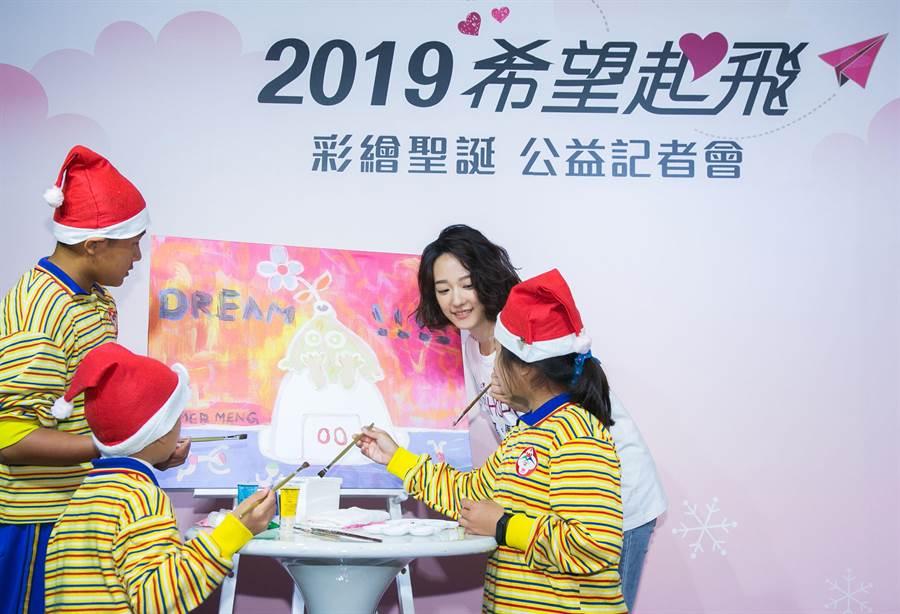 希望導師孟耿如化身美術導師,指導小朋友一起在「ARU's Dream」畫作上,重新彩繪出代表自己夢想的顏色。(LG提供)