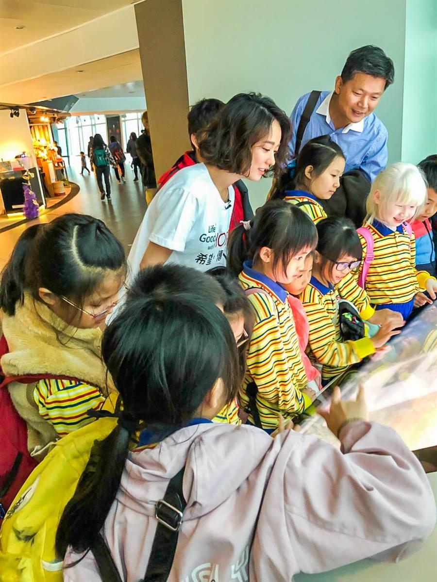 首次登上台北101的台南中洲國小小朋友們,興奮地和2019希望導師孟耿如在高空紀錄下這開心的一刻。(LG提供)