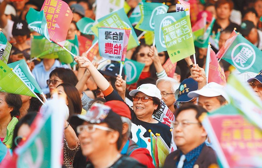 民進黨主席卓榮泰昨站台表示,明年選舉有118萬首投族,呼籲支持者一定要鼓勵他們通通出來投票,「百萬青年站出來、全民下架吳斯懷」,讓民主國會過半。(鄭任南攝)