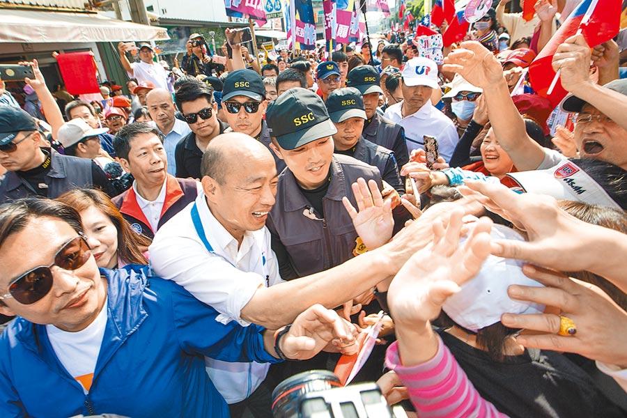 國民黨高雄市立委參選人李雅靜競選總部見面會,韓國瑜蒞臨加油打氣,被人群包圍。(袁庭堯攝)