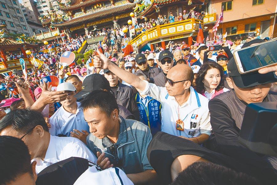 國民黨高雄市立委參選人黃柏霖競選總部團結大會,總統參選人韓國瑜到場加油打氣,在深綠選區獲得高人氣的支持。(袁庭堯攝)