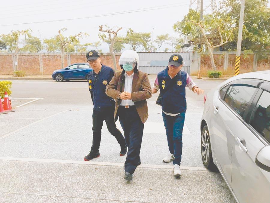 台灣自來水公司前董事長徐享崑(中)遭苗栗警方逮捕到案。(何冠嫻攝)