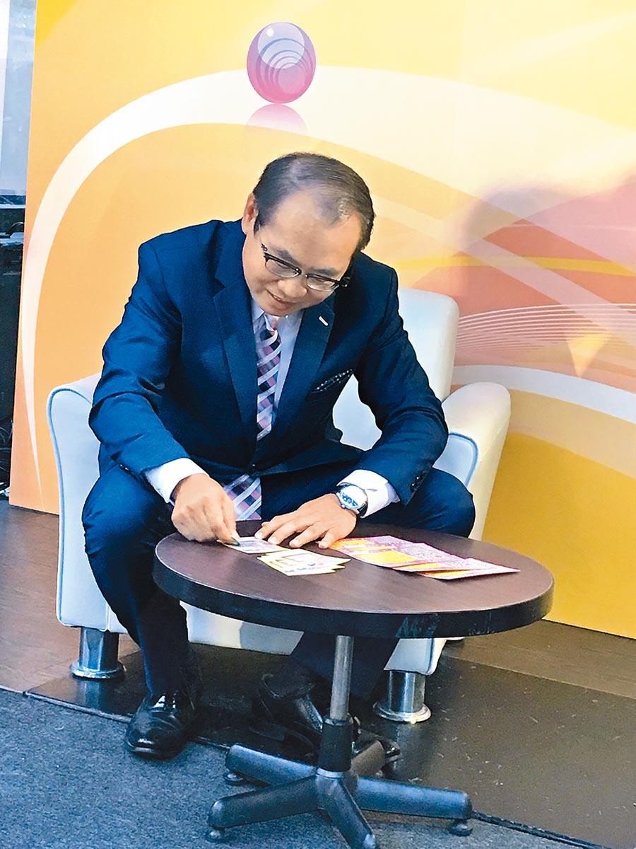 刮刮樂新品!台彩總經理蔡國基新品嚐鮮,最推薦新上市的「5000同慶」,不論大、小獎金都免扣稅。(洪凱音攝影)