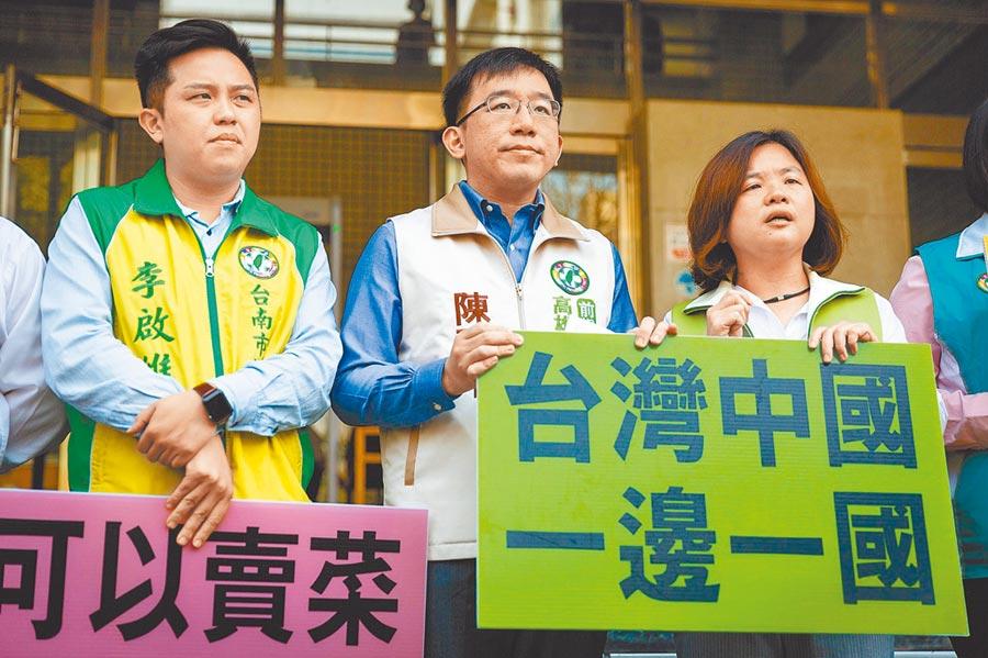 高雄市議員陳致中(中)控告韓國瑜涉犯外患罪,檢方簽結。(本報系資料照片)