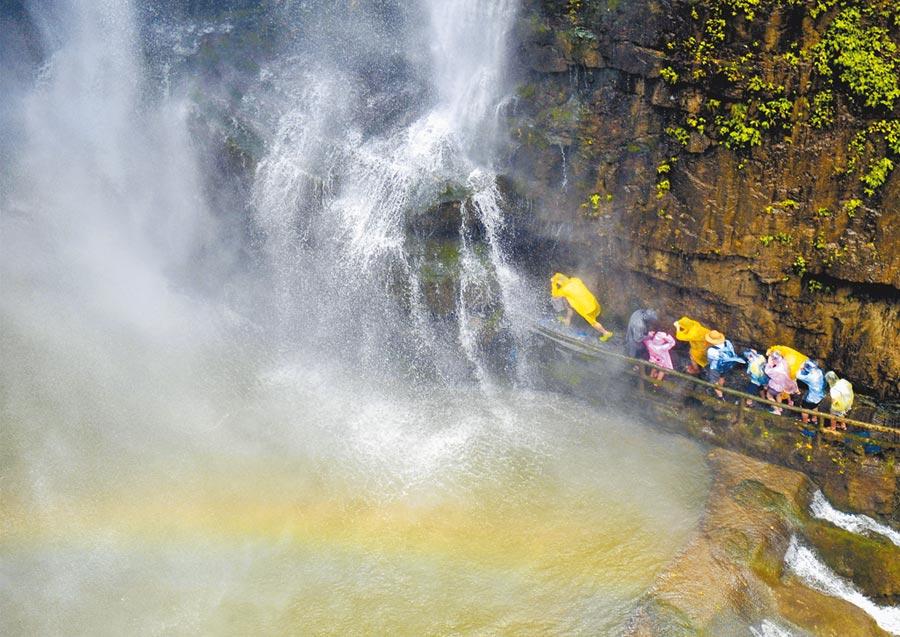 湖北省宜昌市「三峽大瀑布」景區,遊客體驗穿越瀑布。(新華社資料照片)