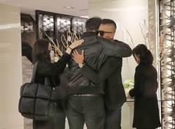 黑人、范范悼高以翔淚崩擁抱摯友!毛加恩才新婚也直奔靈堂