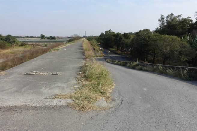 韓國瑜接受西螺地區民眾陳情爭取興建的新堤防(正面),右側雜林處就是浮覆地。(周麗蘭攝)