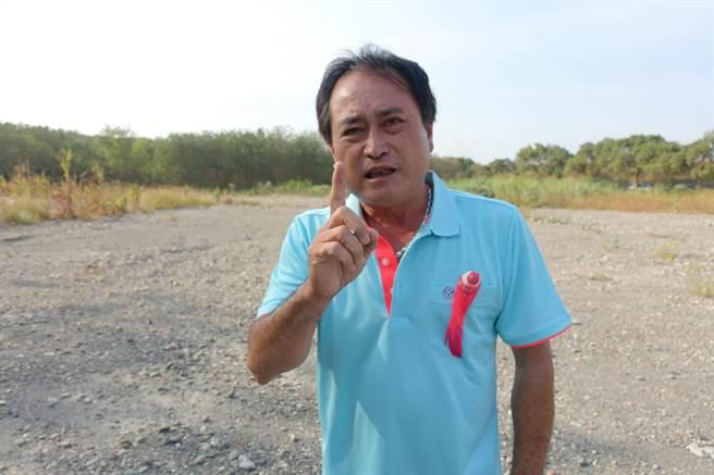 安定國小家長會長吳志明表示,20多年前的事情被外人挖出來亂扯,黃國昌完全不知道當地人的實際生活狀況,只是爆料搏版面。(周麗蘭攝)