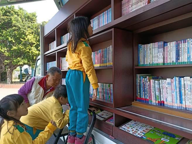 嘉義縣政府有2台「行動圖書車」每周都會分別開進山、海區的鄉鎮市。(張毓翎攝)