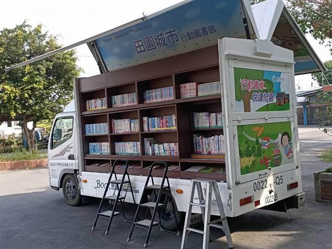「行動圖書車」是插上翅膀的書櫃,將書本飛到愛書人手上。(張毓翎攝)