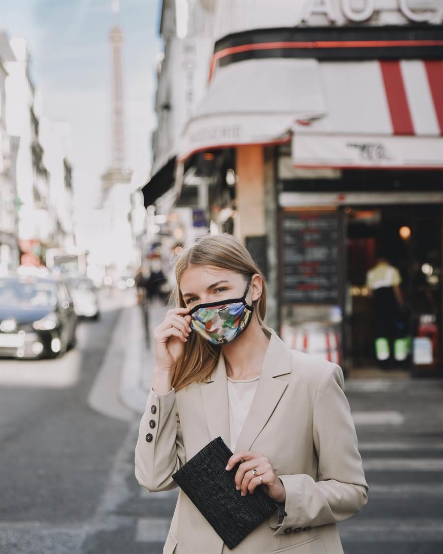 這款口罩還特地邀請ELLE團隊設計,開發出2款「印象迷彩」、「法式奇趣」,限量發售兩千組。(中衛提供/台中馮惠宜傳真)