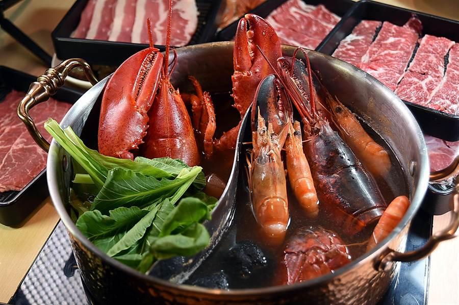 漢來美食〈潮之鍋物SEAPOT〉備有活水魚缸,食客可以點用鮮活波士頓龍蝦與各式其它海鮮涮鍋。(圖/姚舜)