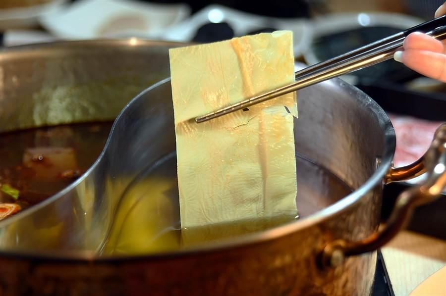 漢來美食〈潮之鍋物SEAPOT〉的腐皮,花了不少時間找到,口感嫩中帶有Q彈。(圖/姚舜)