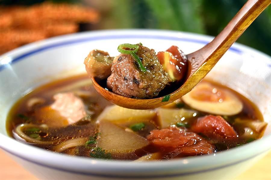 漢來美食新創輕蔬食品牌〈五梅先生〉的〈紅燒濃湯麵〉,內有用豆漿、香茹與豆薯做出的素獅子頭,Q彈富嚼勁,細火慢燉的紅燒湯頭,因加入洋蔥格外甜美。(圖/姚舜)