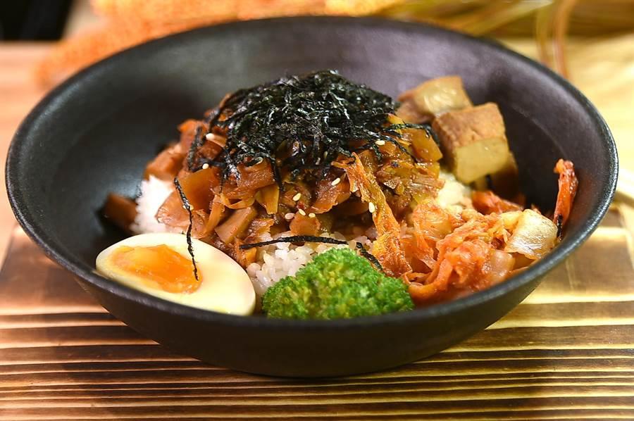 漢來美食〈五梅先生〉的〈泡菜鍋燒飯〉,內容有蕎筍筍、杏鮑菇、豆薯、洋蔥、泡菜與素肉燥,飯中並摻了藜麥。(圖/姚舜)