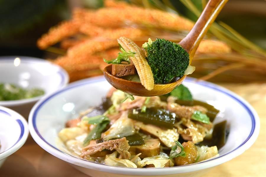 漢來美食〈五梅先生〉的〈綜合滷味拼盤〉,內有豆皮、大豆干、金針菇、猴頭菇、秀珍菇、玉米筍、高麗菜、海帶等8種食材。(圖/姚舜)