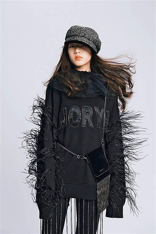 擔任品牌代言人的Elly,拍照的表現完全不輸專業模特兒。(圖/翻攝自JORYA品牌粉絲專頁)