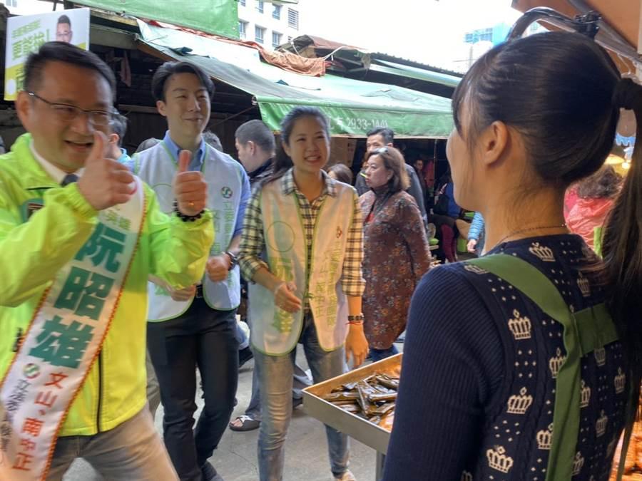 阮昭雄第2次來到景美市場拜票,面對艱難選區越來越有信心。(游念育攝)