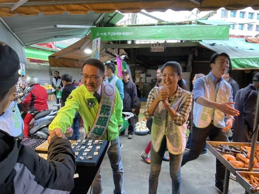 許多景美市場攤商看到阮昭雄相當熱情,紛紛搶著握手拍照。(游念育攝)