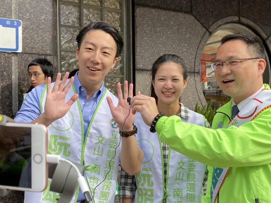 阮昭雄(右一)、時代力量議員林亮君(中)和黨員吳錚(左一)都來到景美市場幫忙力挺,並直播和選民拜票。(游念育攝)