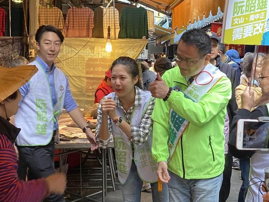 阮昭雄(右一)第2次來景美市場拜票,包括時代力量議員林亮君(中)、黨員吳錚(左一)都來到現場幫忙拜票。(游念育攝)