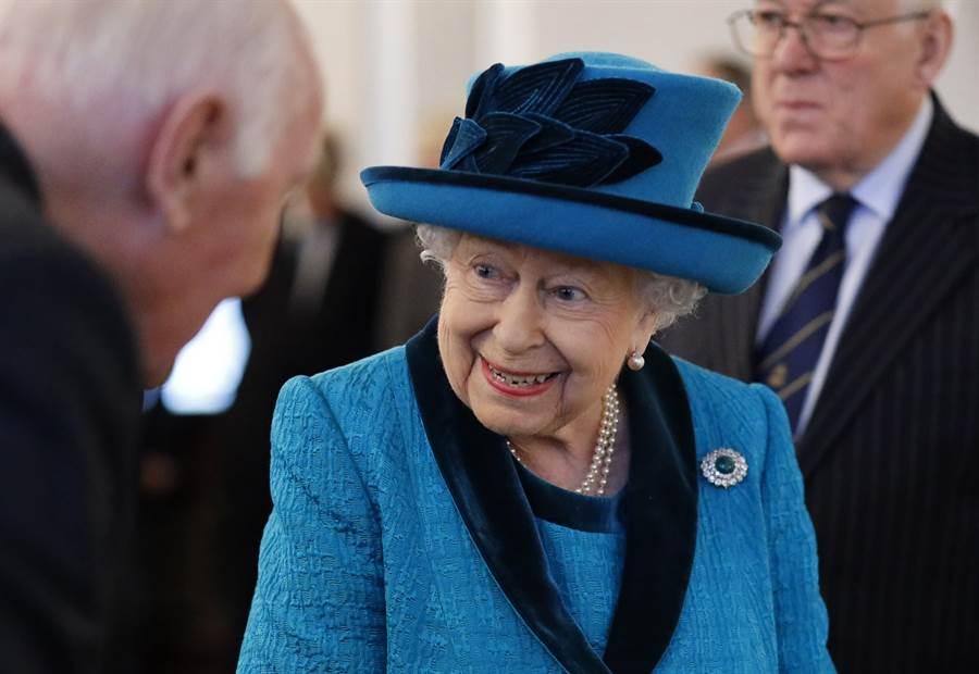 英國女王2019年11月26日造訪倫敦皇家集郵協會(Royal Philatelic Society of London)的神情。(美聯社)
