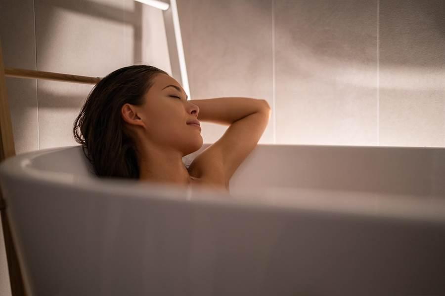 每年年末至隔年2月,是一氧化碳中毒意外發生的「旺季」,此時氣溫驟降,許多人喜歡在家泡澡禦寒,但小心若通風不良容易成為一氧化碳中毒的犧牲品。(示意圖/shutterstock)